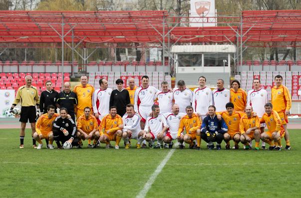 """Jurnaliştii, învinşi de echipa  """"Generaţiei de aur"""" în deschiderea finalei Cupei Ministerului Educaţiei Naţionale"""